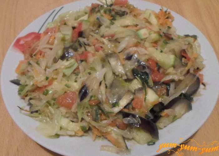 Овощное рагу из баклажанов, кабачков и капусты