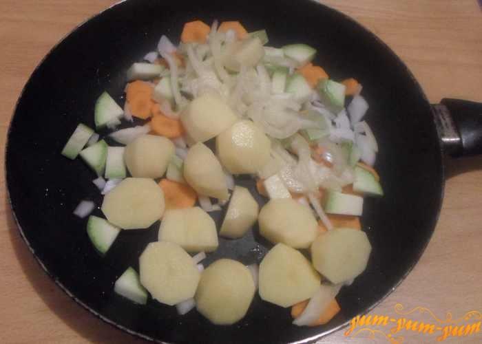 Подготовленные овощи обжаривать на растительном масле