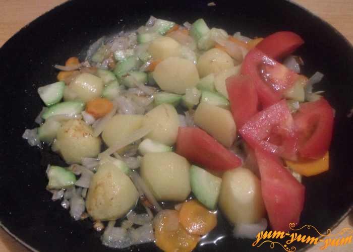 Помидор нарезать дольками и добавить к овощам