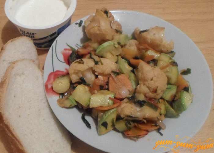 Рагу из кабачков с цветной капустой подаем к столу