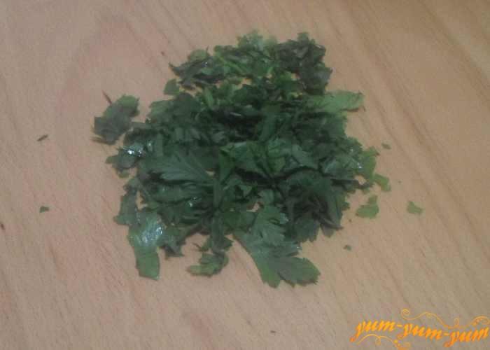 Свежую зелень укропа и петрушки мелко измельчить ножом