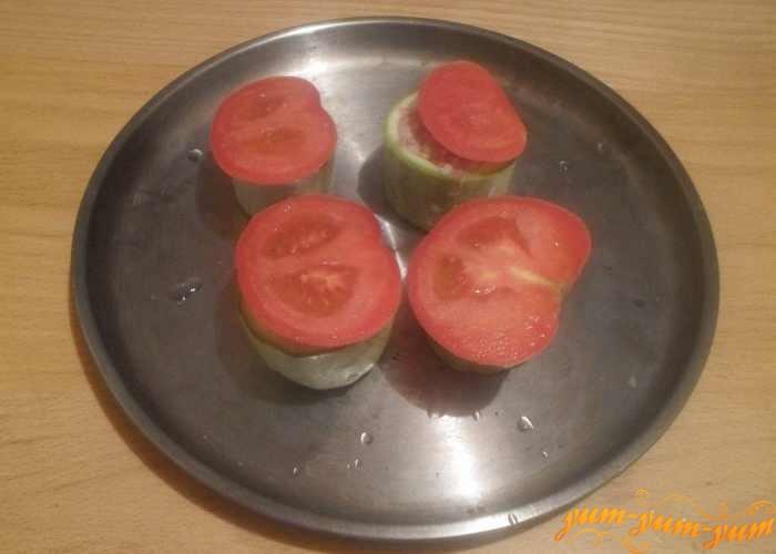 В кабачок положить фарш и накрыть колечком помидора