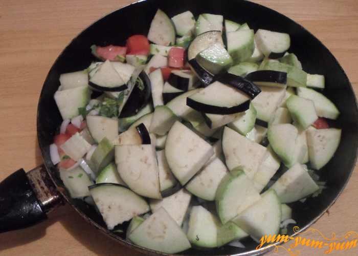 Все овощи переложить в сковороду