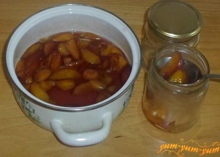 Аккуратно наполнить банки персиковым вареньем