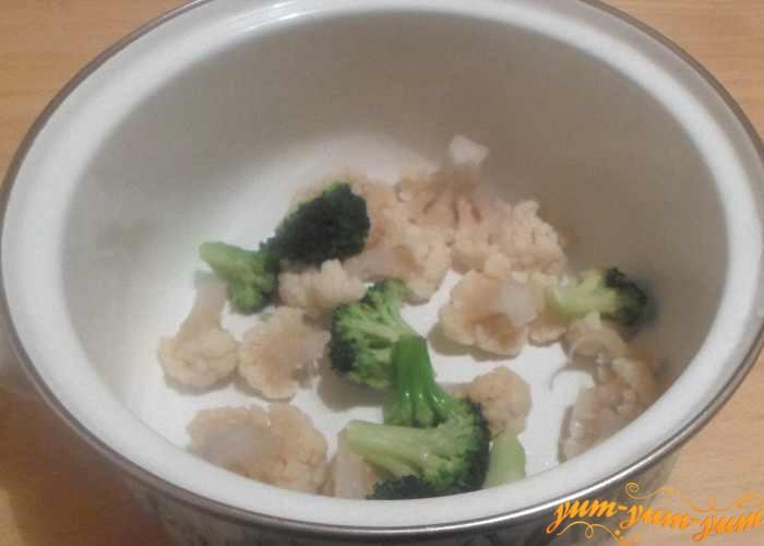 Цветную капусту и брокколи отварить до мягкости