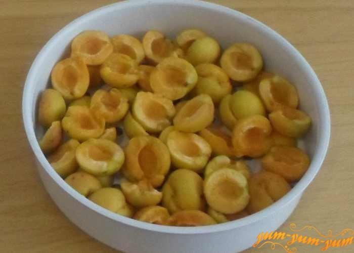 Держим абрикосы несколько минут на пару