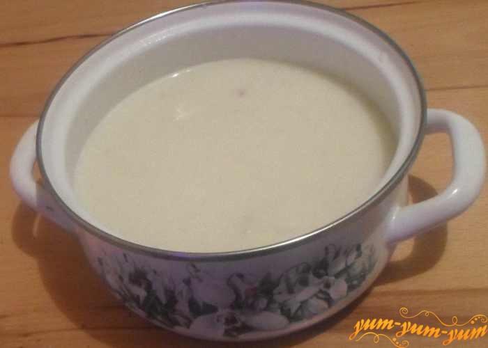 Добавить молочно-луковую смесь к капусте