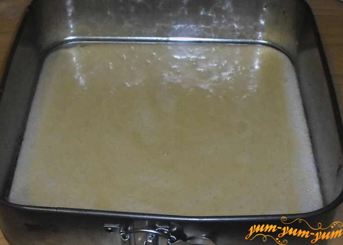 Форму для выпечки смазать маслом и вылить в нее тесто