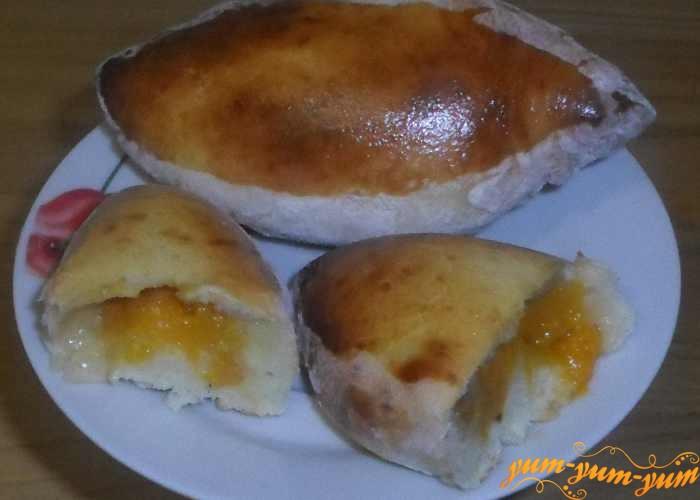 Готовые пирожки с абрикосами можно сразу же подавать к столу