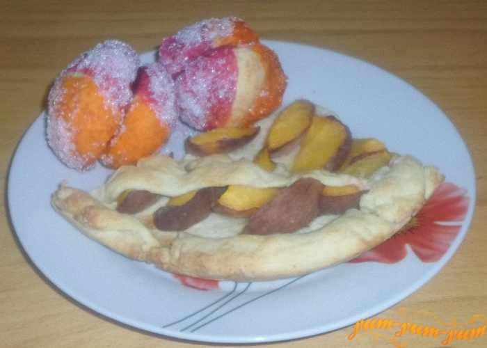 Готовые пирожные персики с пирогом подаем к столу