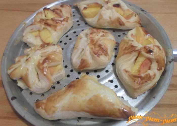 Готовые слойки с персиками достаем из духовки или аэрогриля
