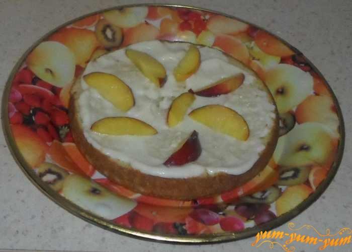 Каждый корж смазать кремом и выложить персики