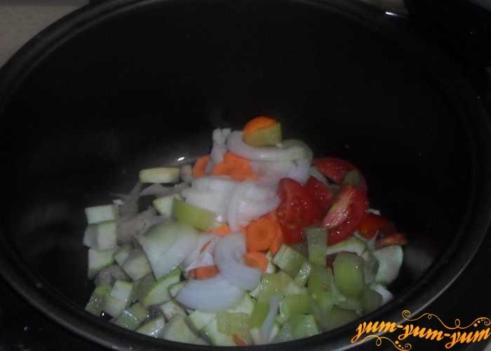 Лук, морковь и перец добавить к цветной капусте и кабачку