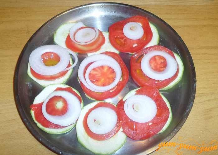 Лук порезать колечками и выложить сверху помидоров