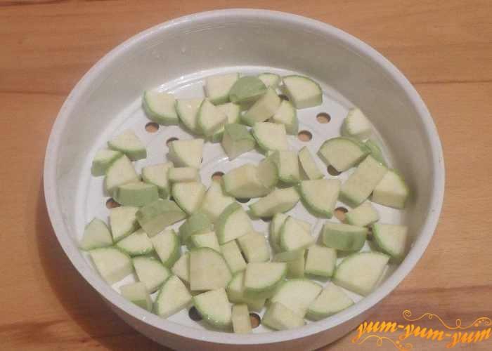 Молодой кабачок для пюре помыть и нарезать мелко