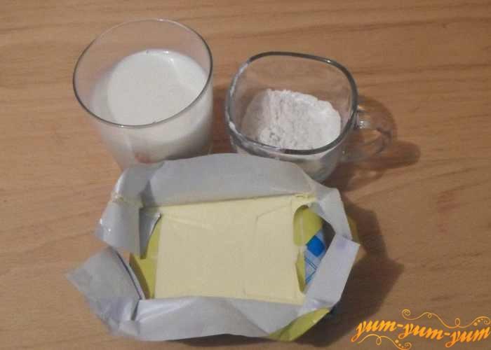 Мука, молоко и масло для соуса бешамель