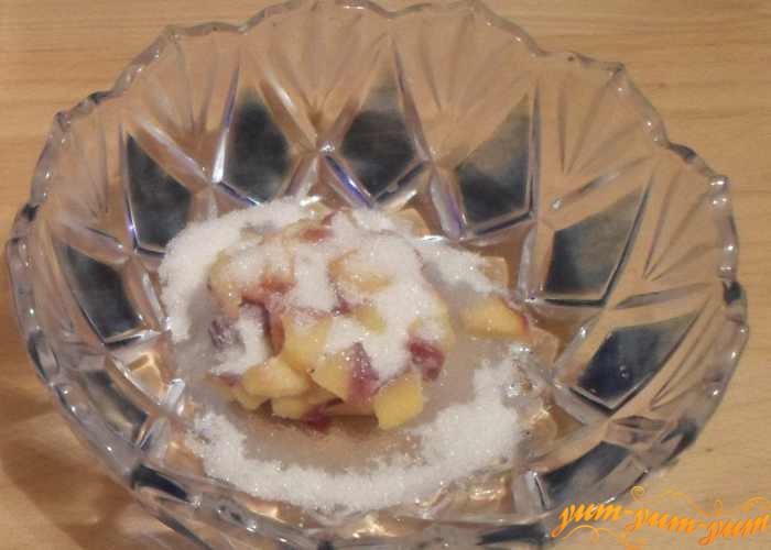 Нарезать персики мелкими кусочками и засыпать сахаром
