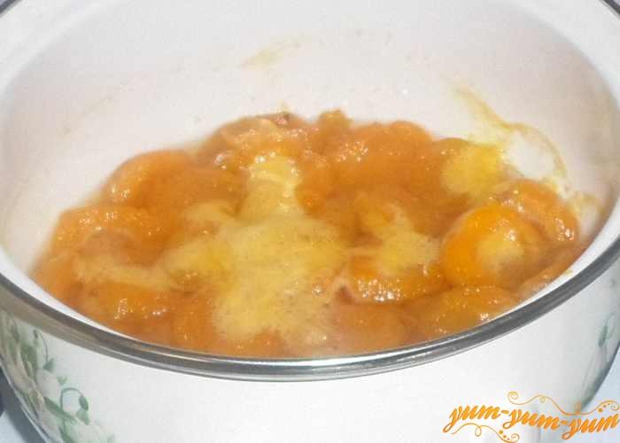 Опять залить сиропом абрикосы и довести до кипения