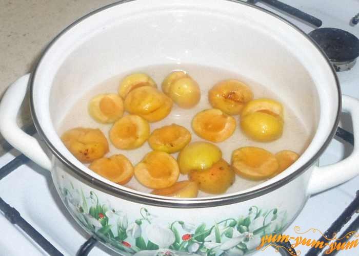 Отвариваем абрикосы до полуготовности