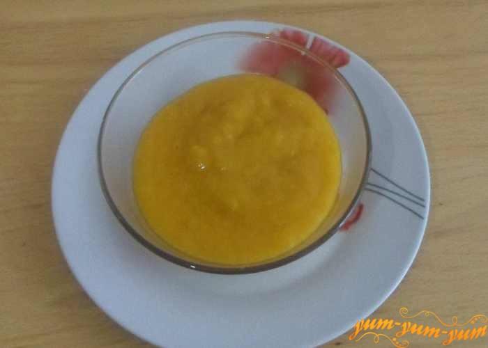 Перекладываем абрикосовое пюре в банки или в тарелку