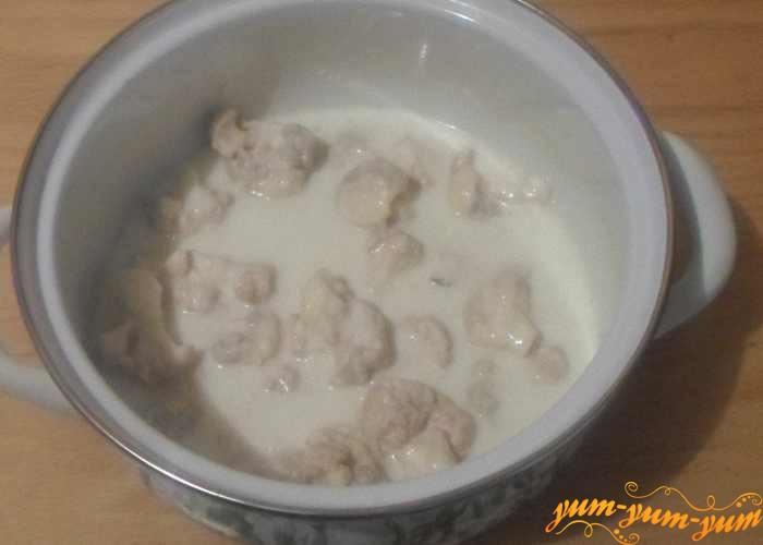 Переложить кусочки капусты в молочно-сливочную смесь