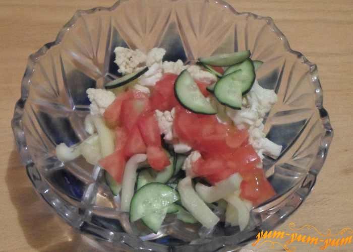 Переложить овощи в салатницу