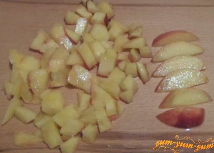 Персики нарезать небольшими кусочками