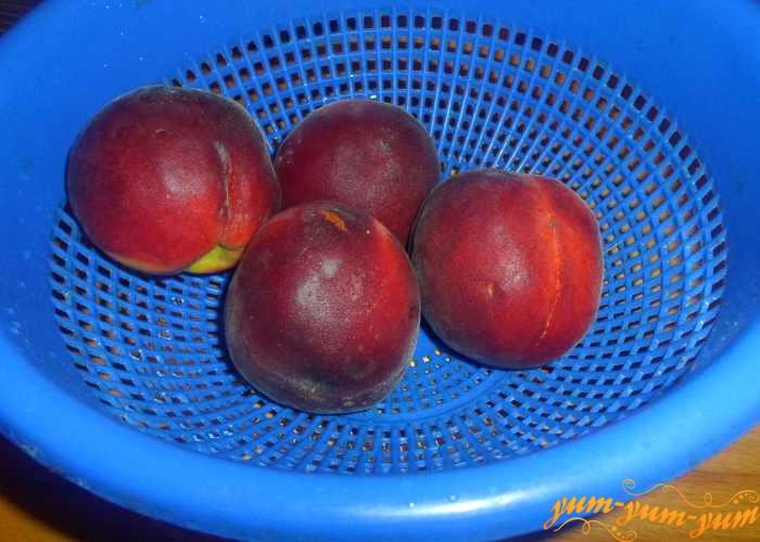 Персики хорошо вымыть и откинуть на дуршлаг