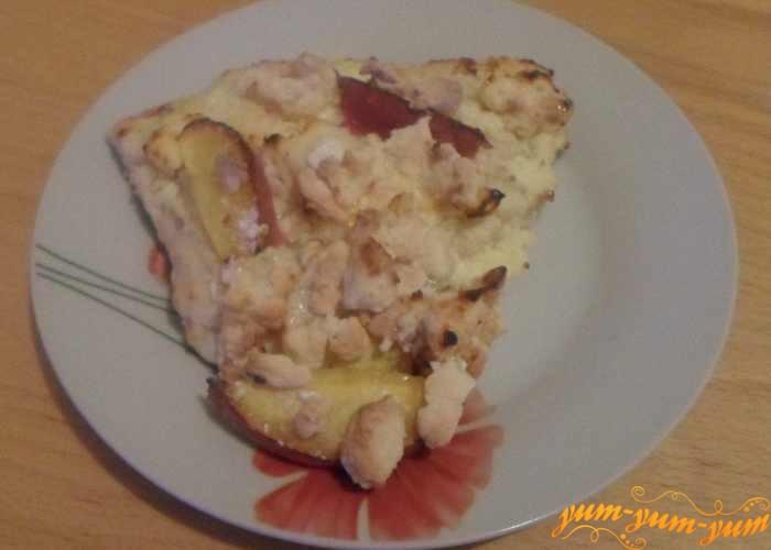 Пирог с персиками и творогом подаем к столу
