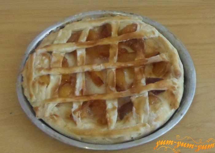 Пирог с персиковым вареньем готов