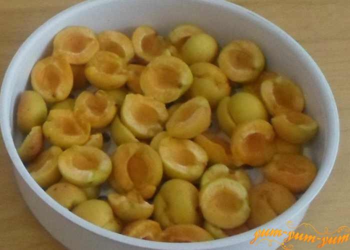 Плотные абрикосы разделить на две половинки