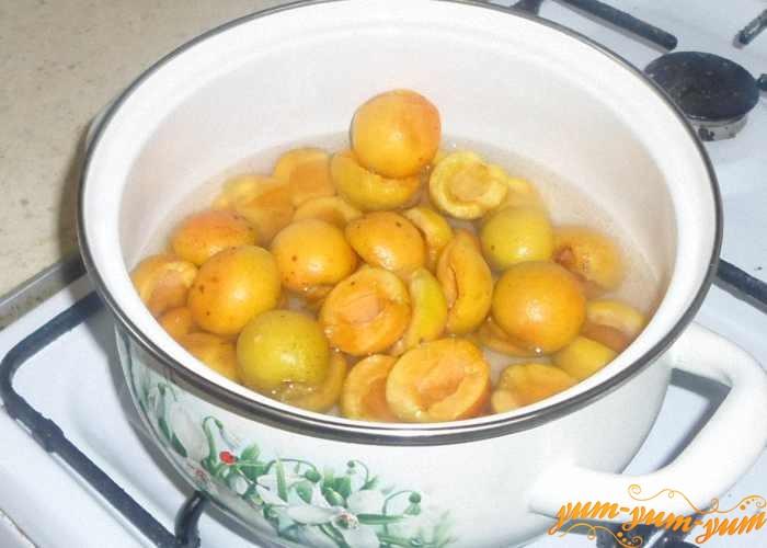 Подготовленные абрикосы залить небольшим количеством воды