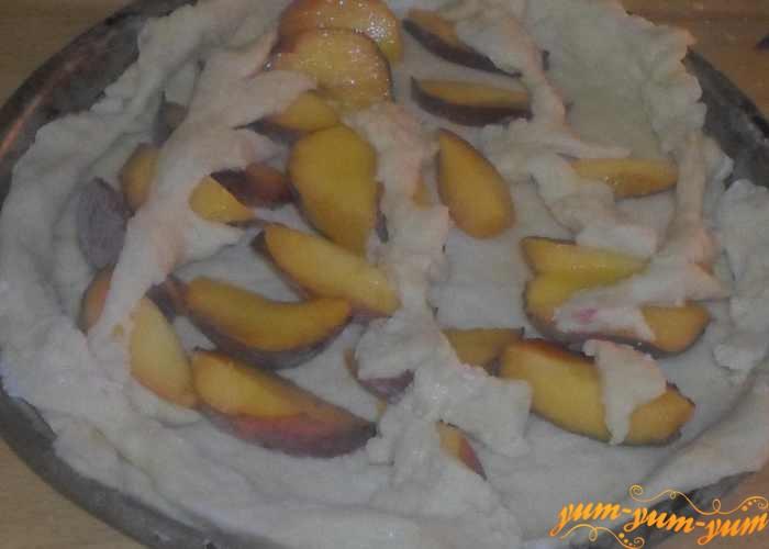 Поставить пирог с персиками в духовку