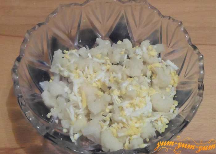 Посыпать цветную капусту тертым яйцом