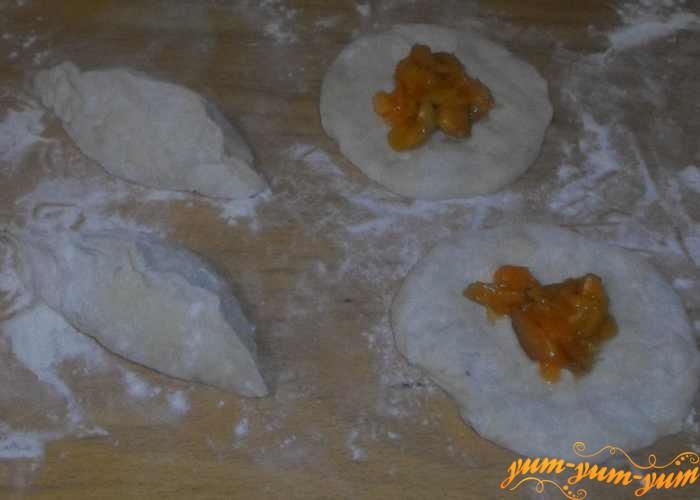 Раскатать кружки и в середину выложить начинку из абрикосов