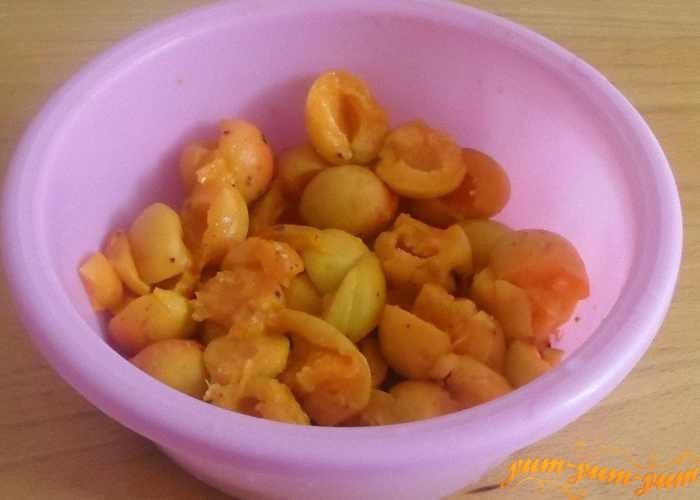 Разделить абрикосы на  не очень крупные дольки