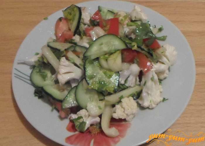 Салат из свежей цветной капусты подаем к столу