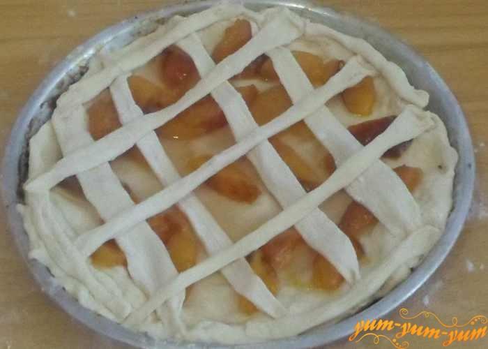 Смазываем яйцом поверхность пирога