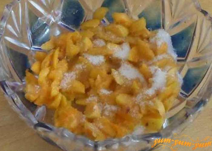 Спелые абрикосы разрезать на средние кусочки