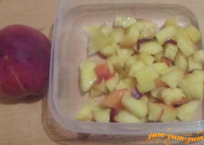 Спелые персики нарезать мелкими кусочками