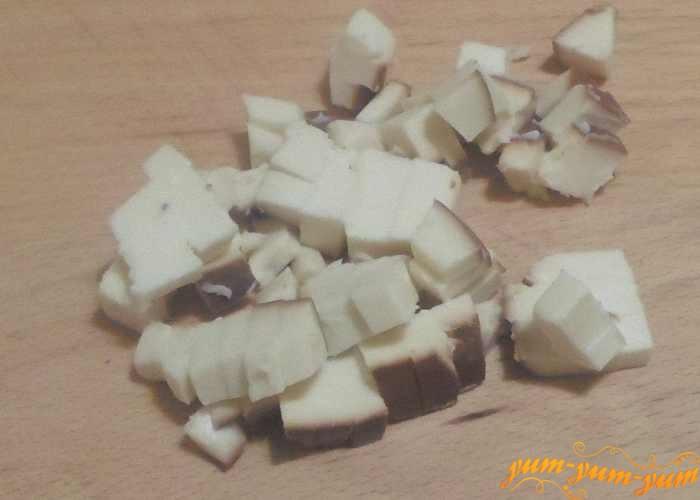 Сыр нарезать мелкими кубиками