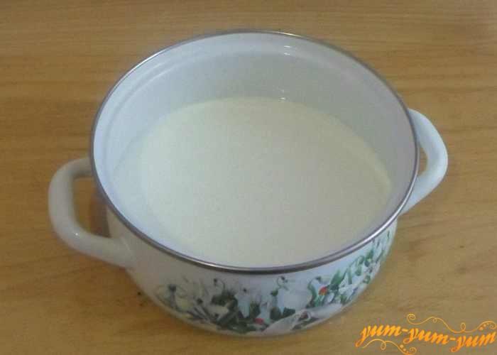 В миску наливаем кислое молоко или кефир