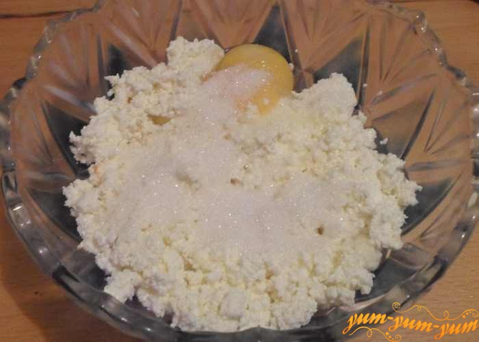 В творог добавить желтки и сахар