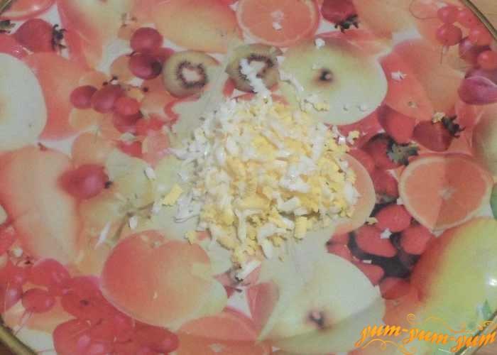 Вареное яйцо натереть на терке или нарезать ножом