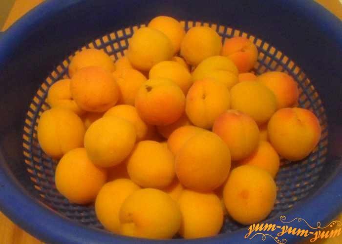Выбрать спелые абрикосы
