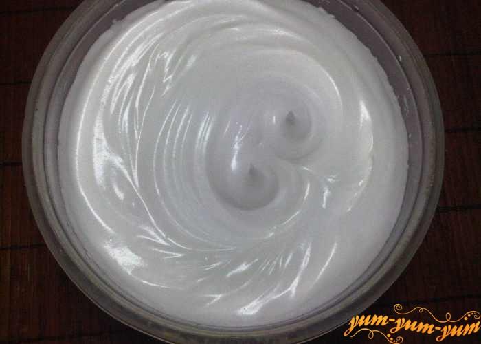 Взбить яичные белки до очень прочной пены