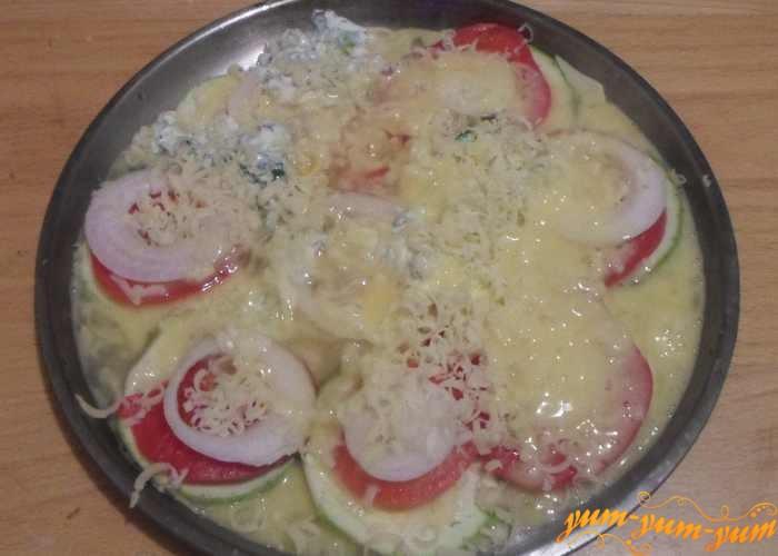 Яйца хорошо взбить в пену и залить овощи