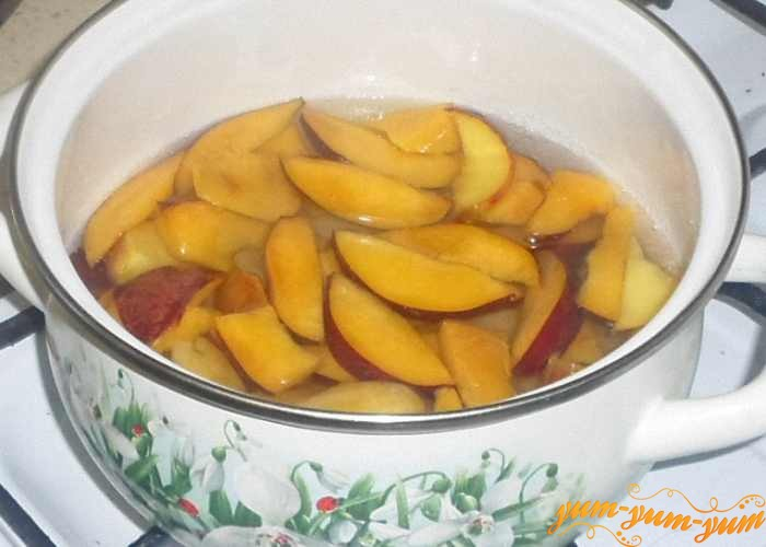 Залить персики сиропом и довести до кипения
