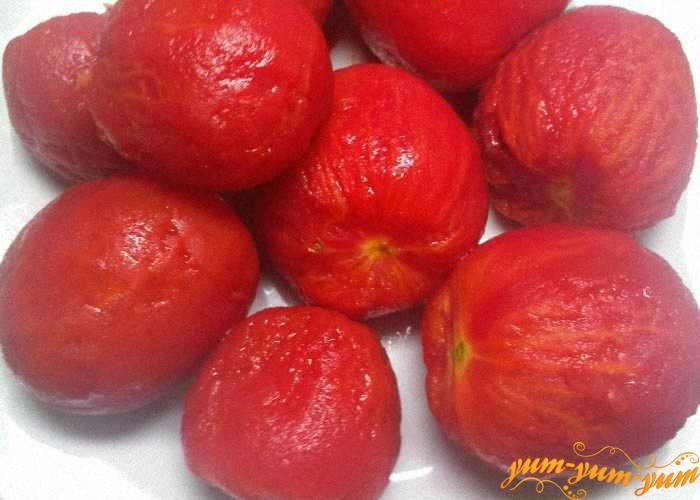 Аккуратно снять кожицу с помидоров для кетчупа