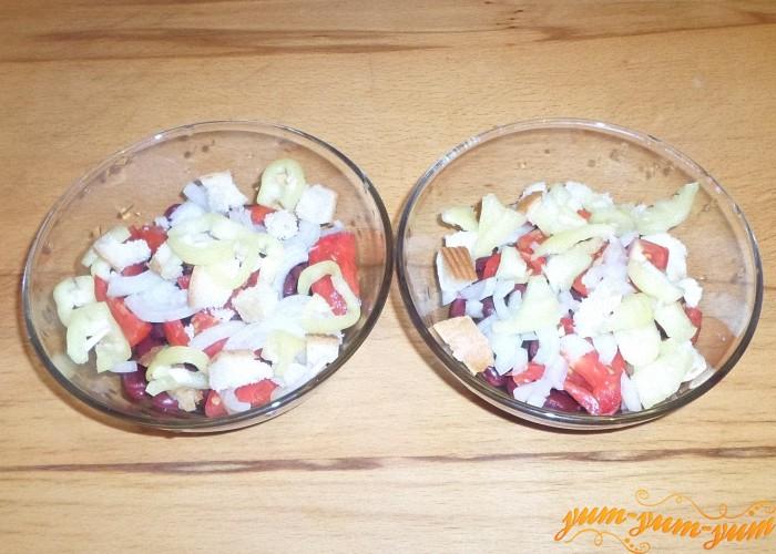 Болгарский перец нарезать одну часть кубиками, а другую соломкой